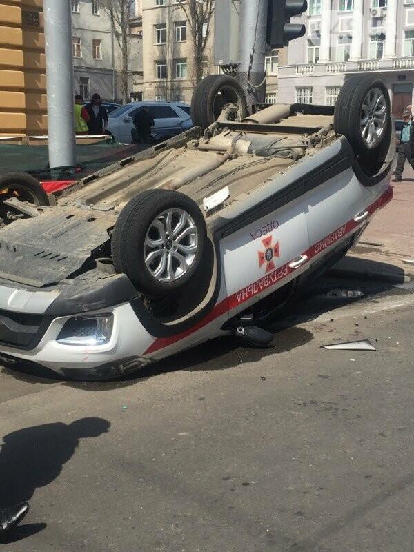 В центре Одессы перевернулась на крышу машина спасателей (ФОТО, ВИДЕО), фото-3