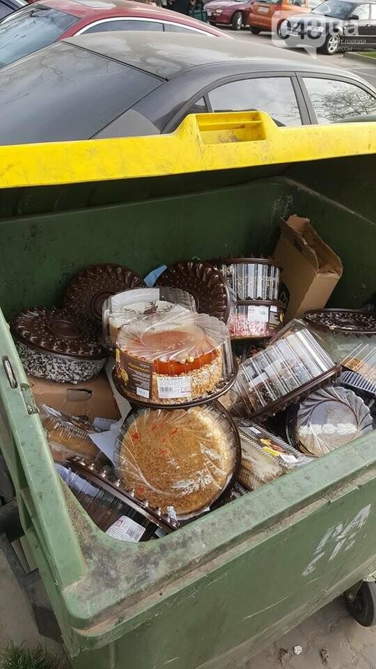 Одесский супермаркет засыпал мусорный контейнер тортами (ФОТО), фото-1