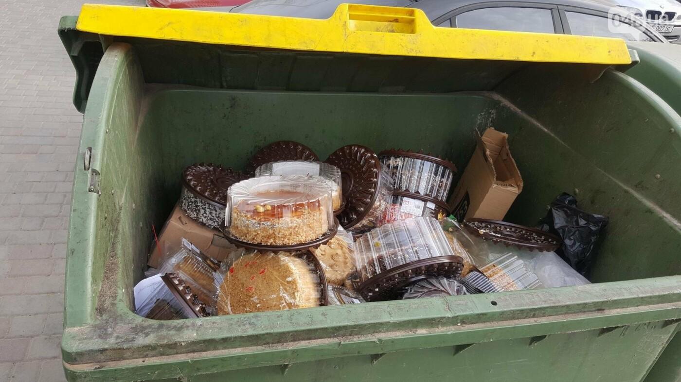 Одесский супермаркет засыпал мусорный контейнер тортами (ФОТО), фото-3