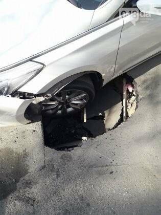 Около арабского центра в Одессе в провал угодил автомобиль (ФОТО), фото-3