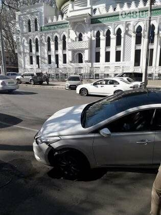 Около арабского центра в Одессе в провал угодил автомобиль (ФОТО), фото-2
