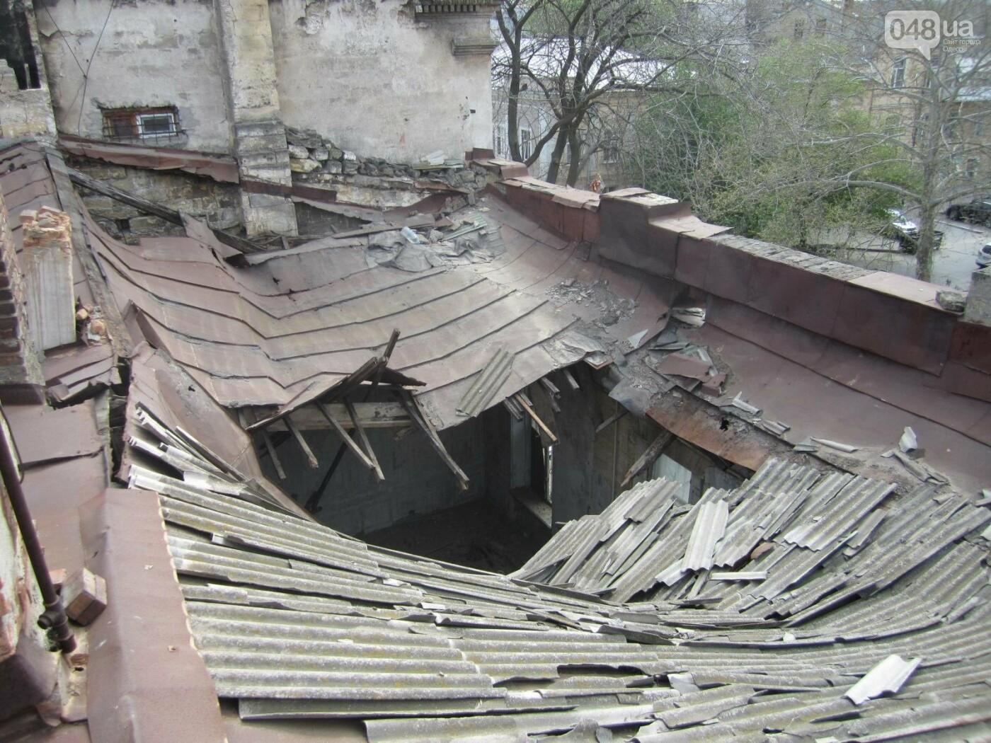 Отчаянные одесситы забрались на крышу дома Гоголя и показали настоящий треш (ФОТО), фото-17