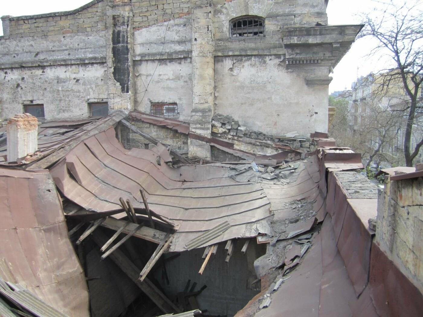 Отчаянные одесситы забрались на крышу дома Гоголя и показали настоящий треш (ФОТО), фото-15