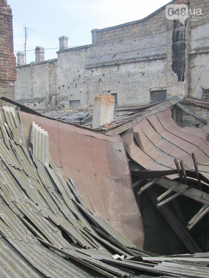 Отчаянные одесситы забрались на крышу дома Гоголя и показали настоящий треш (ФОТО), фото-7