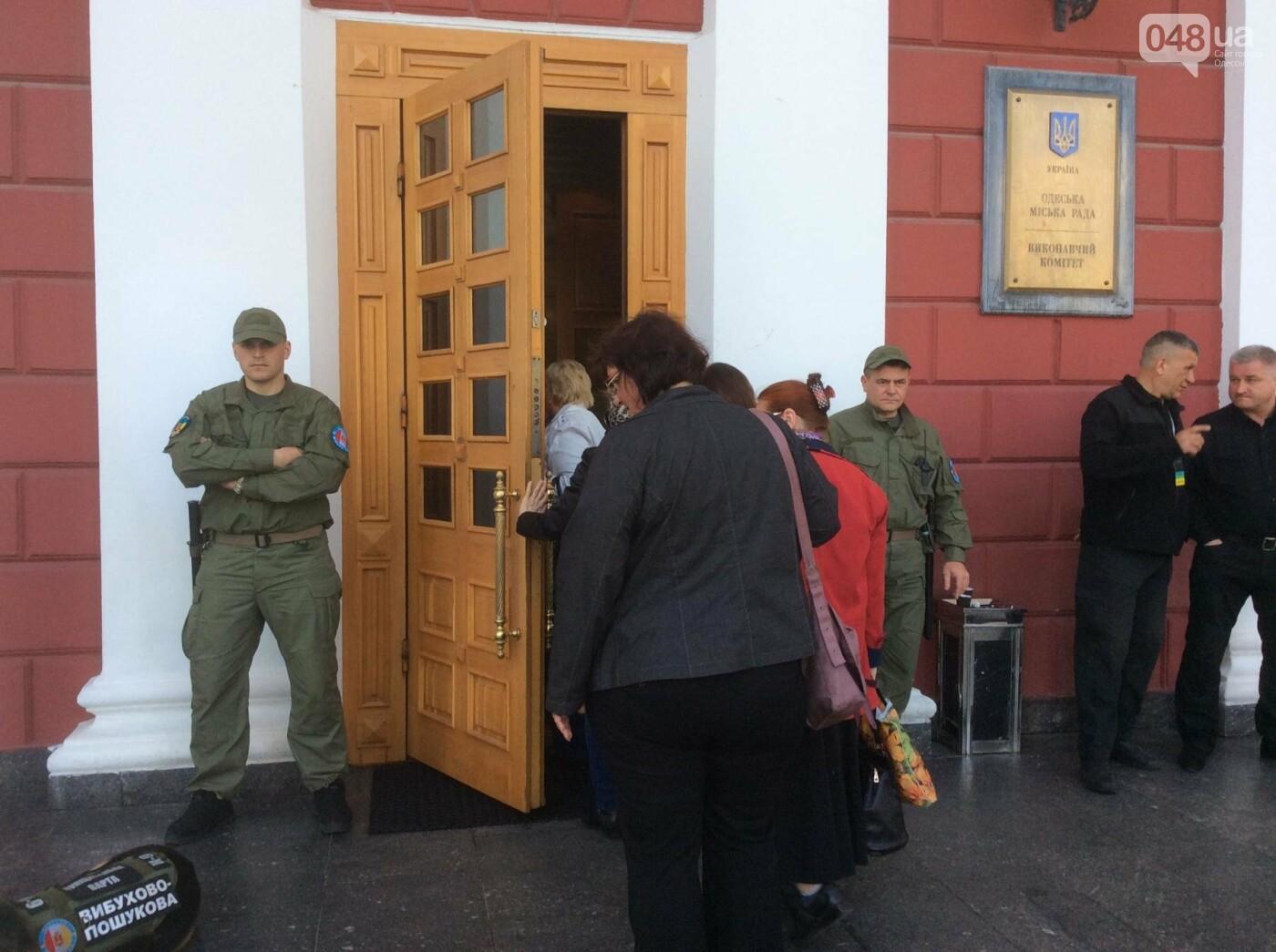 Массовка из «Трухановских бабушек» прибыла в мэрию в 8 утра: в горсовете сессия (ФОТО, ВИДЕО) , фото-1