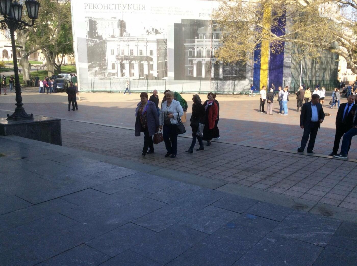 Массовка из «Трухановских бабушек» прибыла в мэрию в 8 утра: в горсовете сессия (ФОТО, ВИДЕО) , фото-4