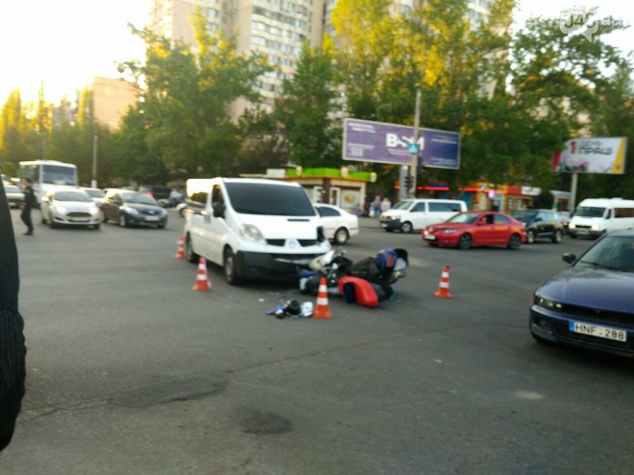 На Котовского одесский мопедист попал под колеса микроавтобуса (ФОТО), фото-3