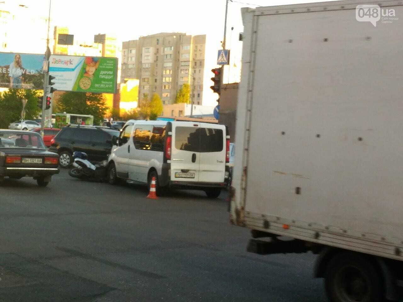 На Котовского одесский мопедист попал под колеса микроавтобуса (ФОТО), фото-2
