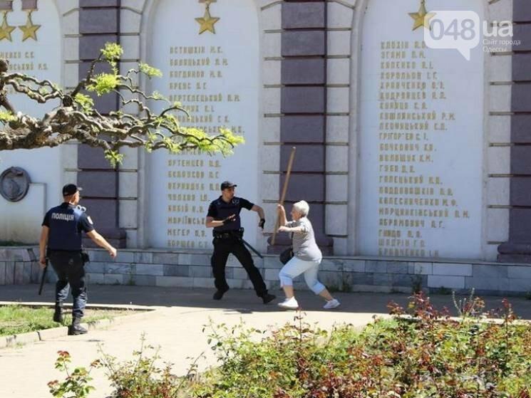Агрессивная сторонница «русского мира» гонялась за полицейскими с древком от флага: старушку поймали, древко отобрали (ФОТО) , фото-1