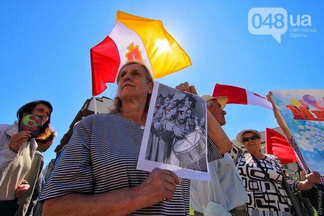 Агрессивная сторонница «русского мира» гонялась за полицейскими с древком от флага: старушку поймали, древко отобрали (ФОТО) , фото-5