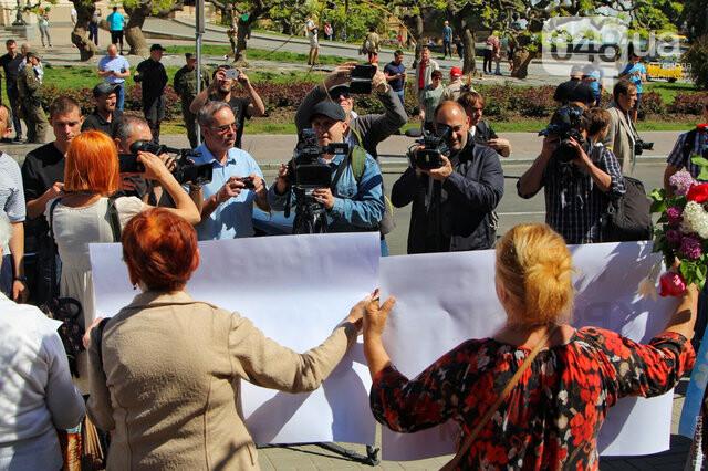 Агрессивная сторонница «русского мира» гонялась за полицейскими с древком от флага: старушку поймали, древко отобрали (ФОТО) , фото-8