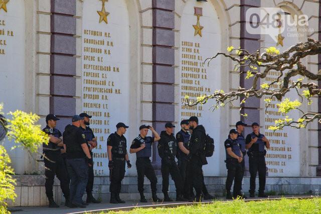 Агрессивная сторонница «русского мира» гонялась за полицейскими с древком от флага: старушку поймали, древко отобрали (ФОТО) , фото-11