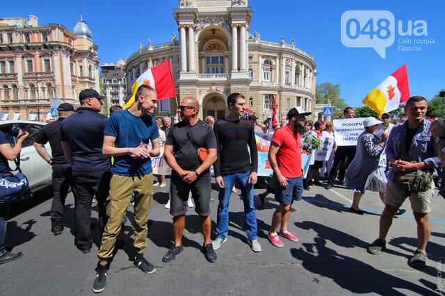 Агрессивная сторонница «русского мира» гонялась за полицейскими с древком от флага: старушку поймали, древко отобрали (ФОТО) , фото-9