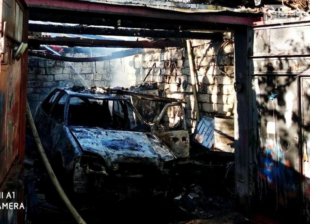 В Одесской области внедорожник сгорел вместе с гаражом (ФОТО), фото-1