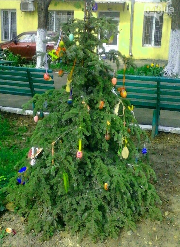В Одессе на улице шутники нарядили елку... пасхальными атрибутами (ФОТО, фото-1