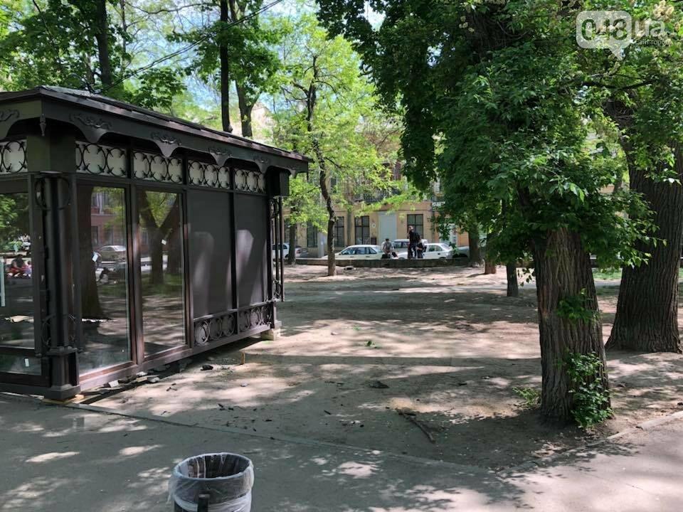 В одесском Старобазарном сквере посреди зеленой зоны вырос магазин, - ФОТО, фото-2