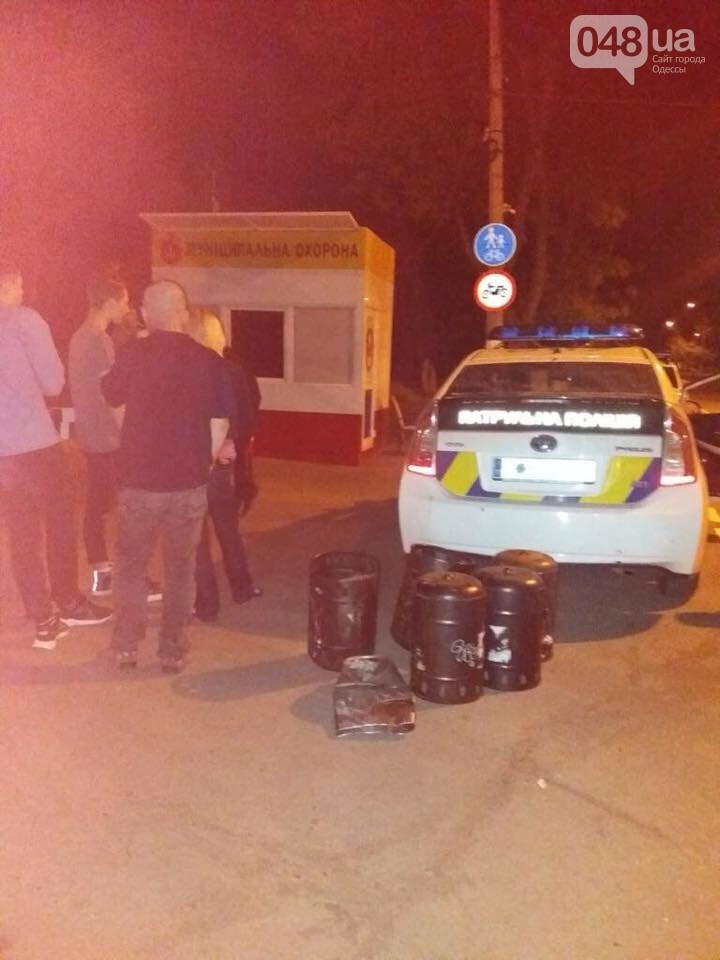 Буйные подростки в Одессе крушили мусорные урны, - ФОТО, фото-1
