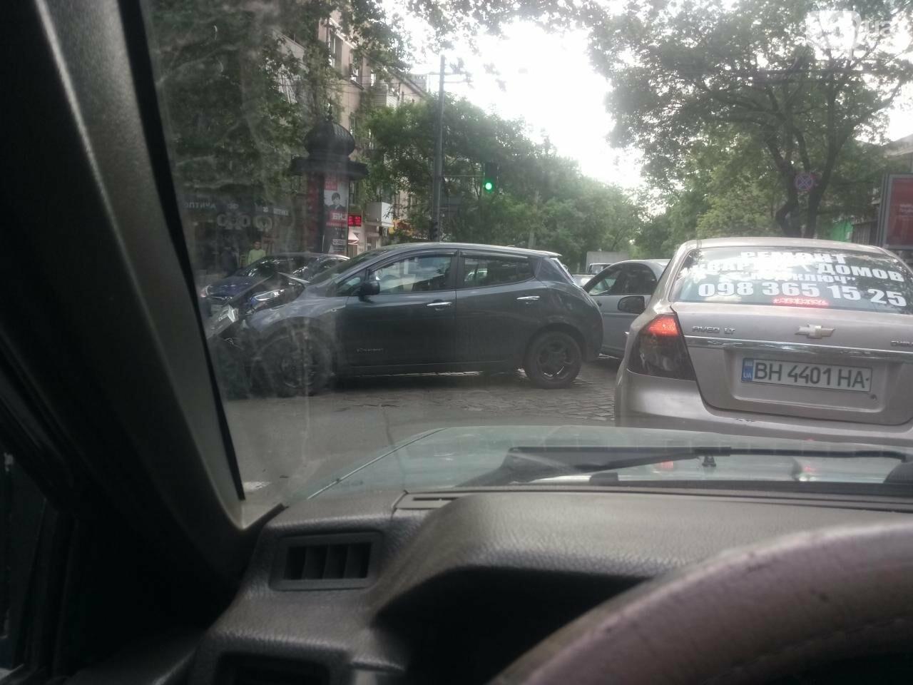 В центре Одессы электромобиль протаранил иномарку (ФОТО), фото-1