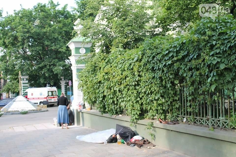 В Одессе парализованная старушка месяц спала на асфальте у церкви, - ФОТО, фото-1