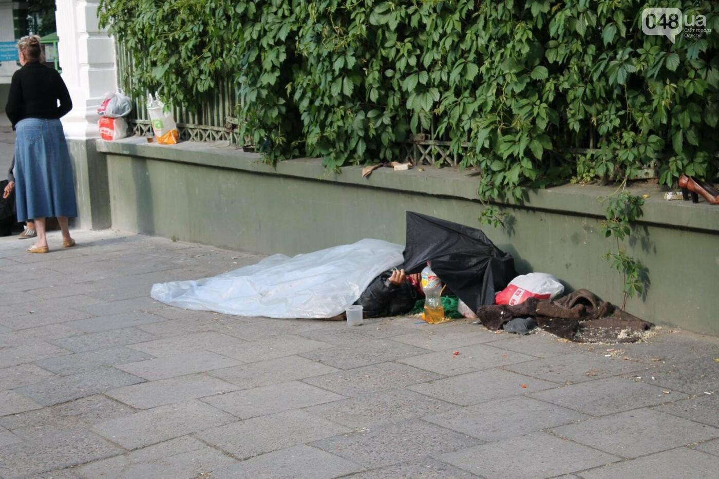 В Одессе парализованная старушка месяц спала на асфальте у церкви, - ФОТО, фото-2