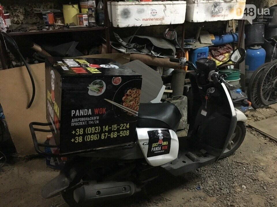 В Одессе из-под ресторана китайской еды угнали мопед доставщика, - ФОТО, фото-1