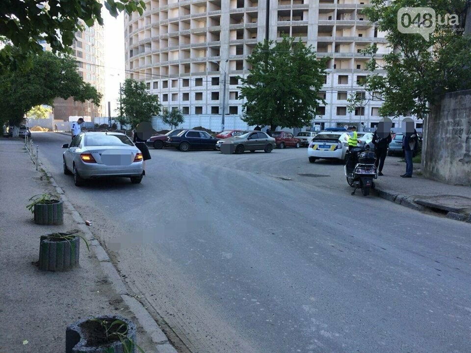 В Одессе Mercedes травмировал мопедиста, - ФОТО, фото-1