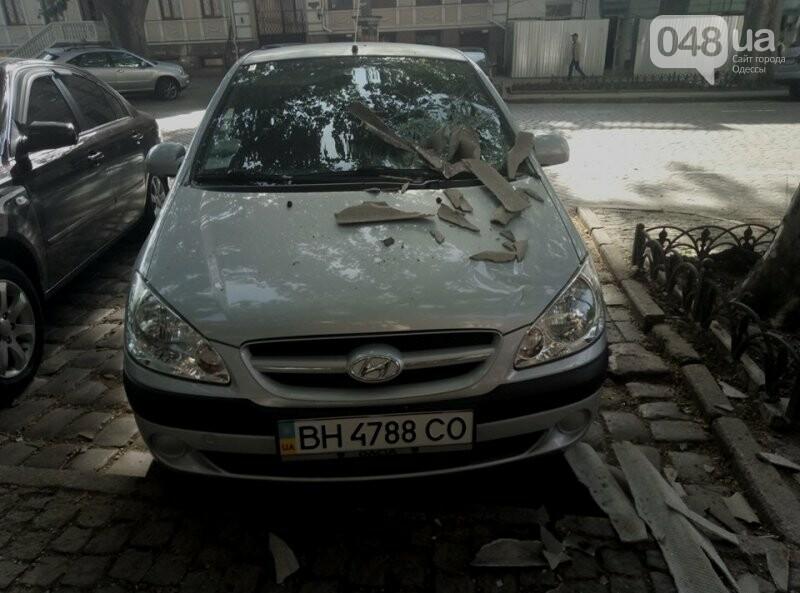В центре Одессы упавший с крыши шифер проломил стекло иномарки, - ФОТО, фото-1