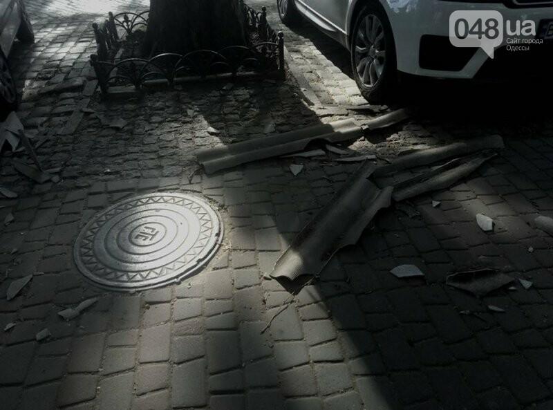 В центре Одессы упавший с крыши шифер проломил стекло иномарки, - ФОТО, фото-2