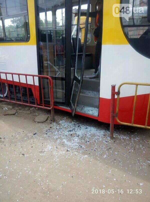 В Одессе трамвай, выезжая из депо, протаранил дверью заграждения, - ФОТО, фото-2