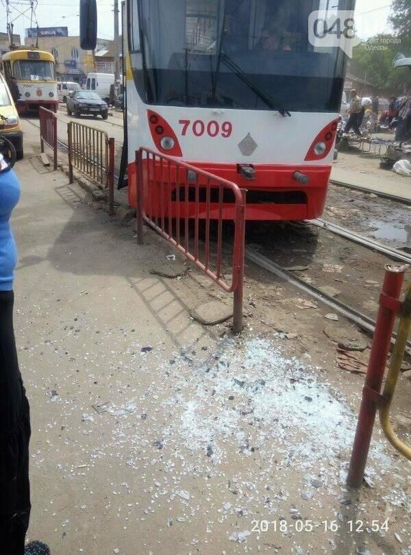 В Одессе трамвай, выезжая из депо, протаранил дверью заграждения, - ФОТО, фото-3