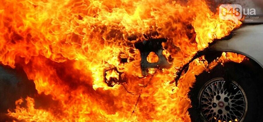 Под Одессой сгорели гараж и машина, а охранник получил ожоги, фото-1