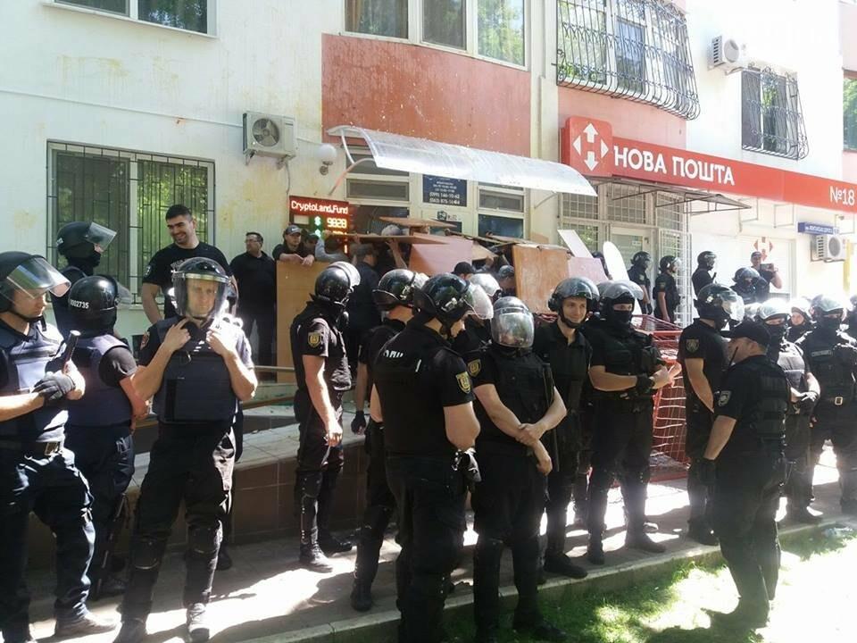 Офис продажи критовалют в Одессе забрасывают камнями, картошкой и яйцами, - ВИДЕО, фото-1