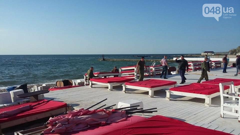 В Одессе демонтировали пафосный пляжный комплекс на берегу моря, - ФОТО, фото-1