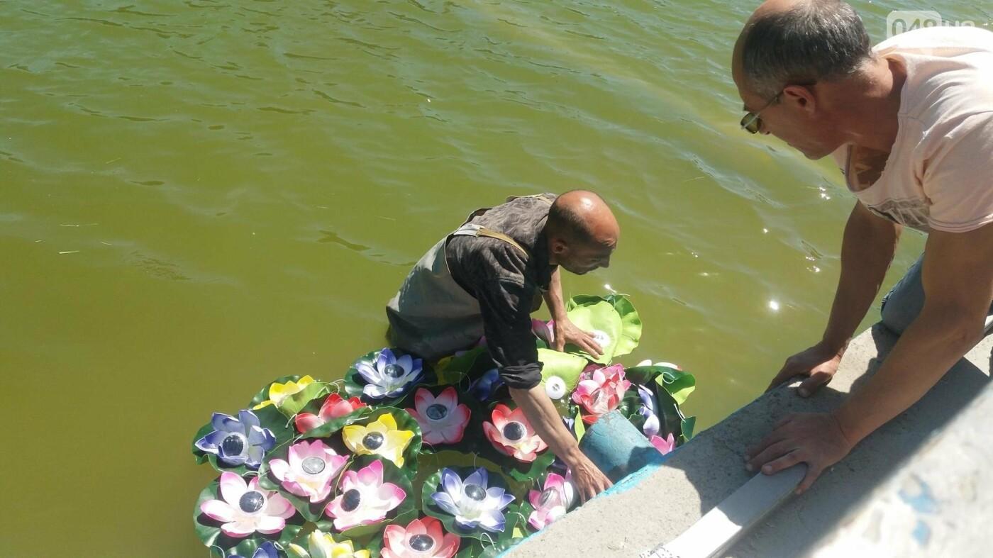 В Одесском парке заполняют водой очищенный пруд и устанавливают «сказочные лилии», - ФОТО, ВИДЕО , фото-1