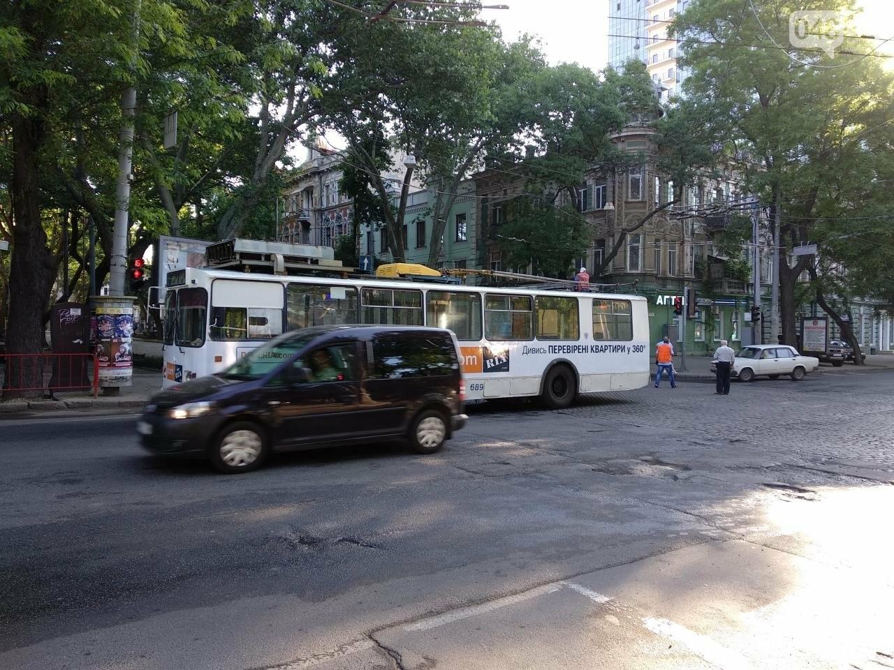 В центре Одессы троллейбус порвал контактную сеть, - ФОТО, фото-1