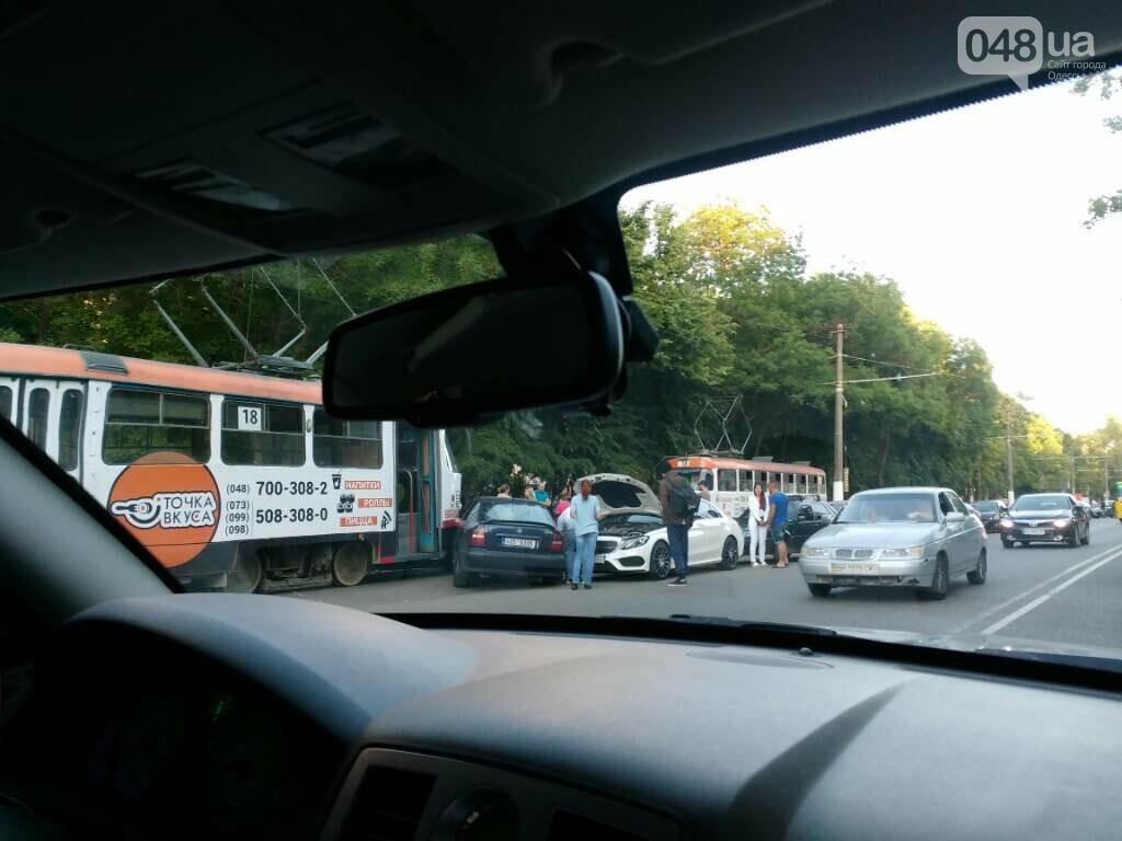 В Одессе иномарка попала под трамвай, - ФОТО, фото-1