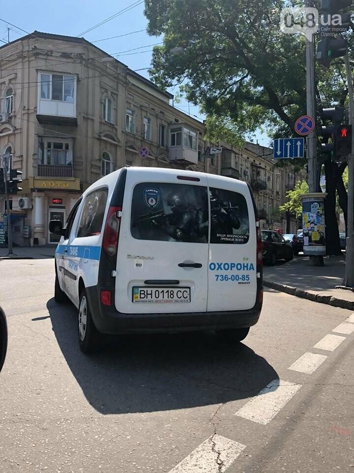 В Одессе охранник врезал дубинкой по лобовому стеклу авто, - ФОТО, ВИДЕО, фото-1