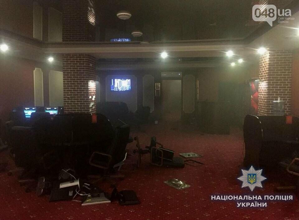 В Одессе битами и дымовыми шашками разгромили три зала игровых автоматов, - ФОТО, фото-2