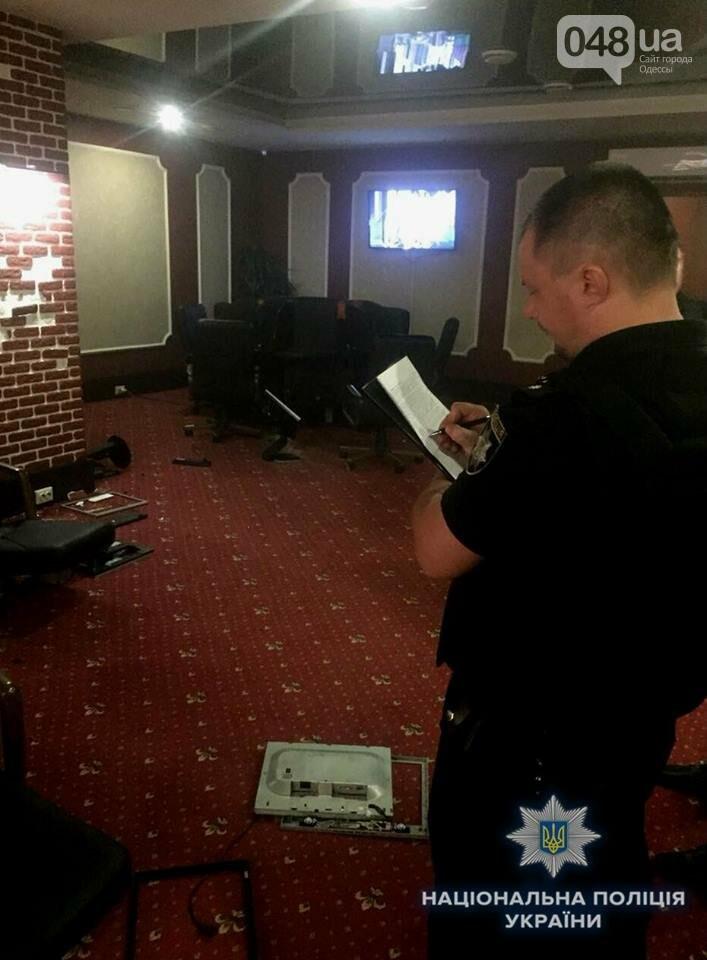 В Одессе битами и дымовыми шашками разгромили три зала игровых автоматов, - ФОТО, фото-1