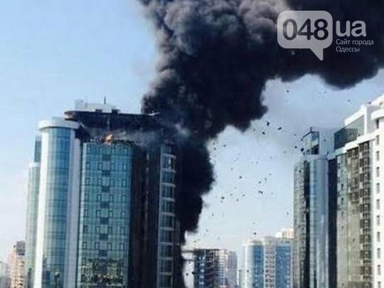 В Одессе горела внешняя оббивка стены новостроя (Видео), фото-2
