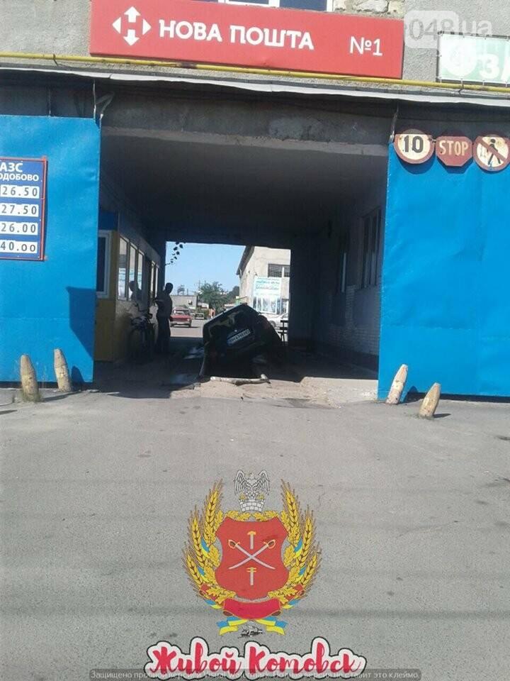 """В Одесской области клиент """"Новой почты"""" на машине провалился в яму, - ФОТО, фото-2"""