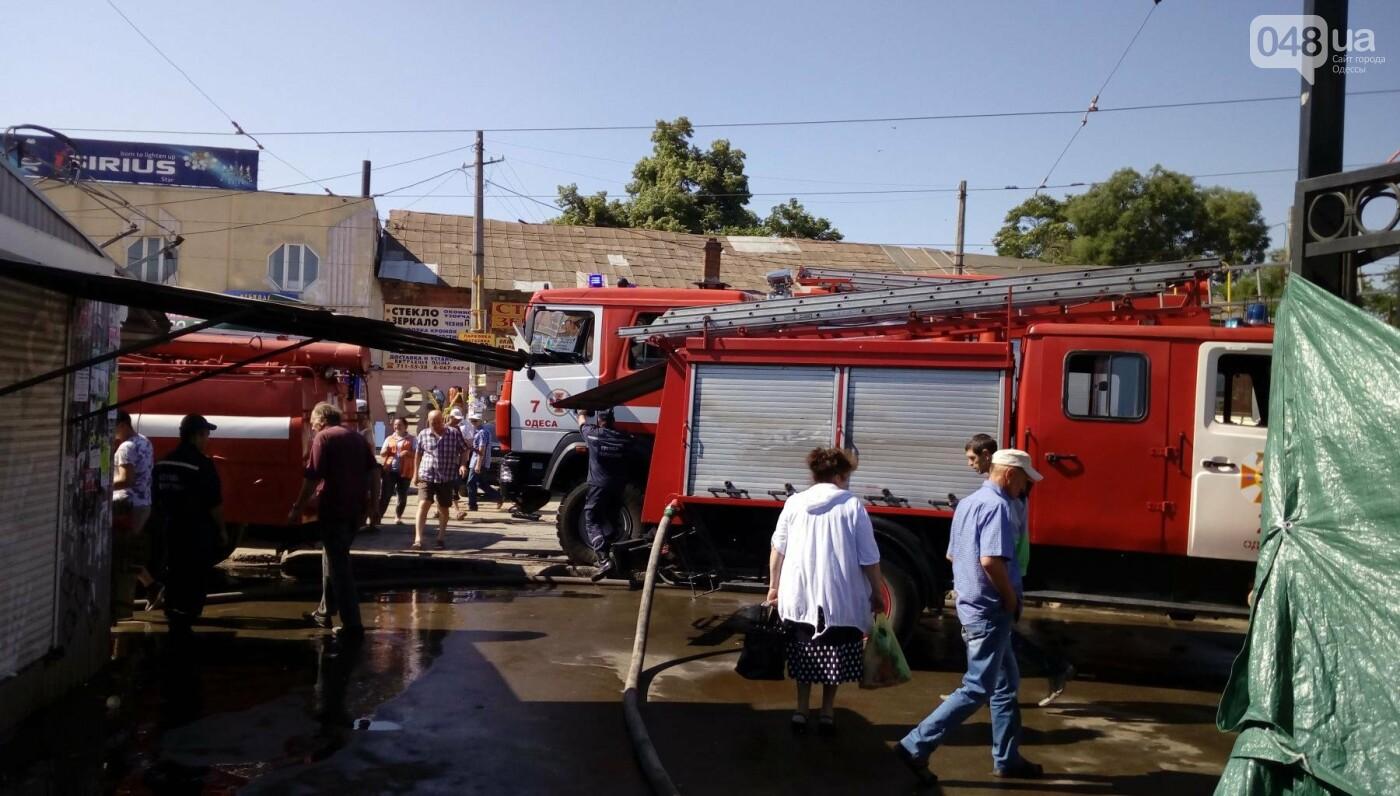 На одесском Привозе сгорел контейнер: еще семь повреждены огнем, - ФОТО, фото-1