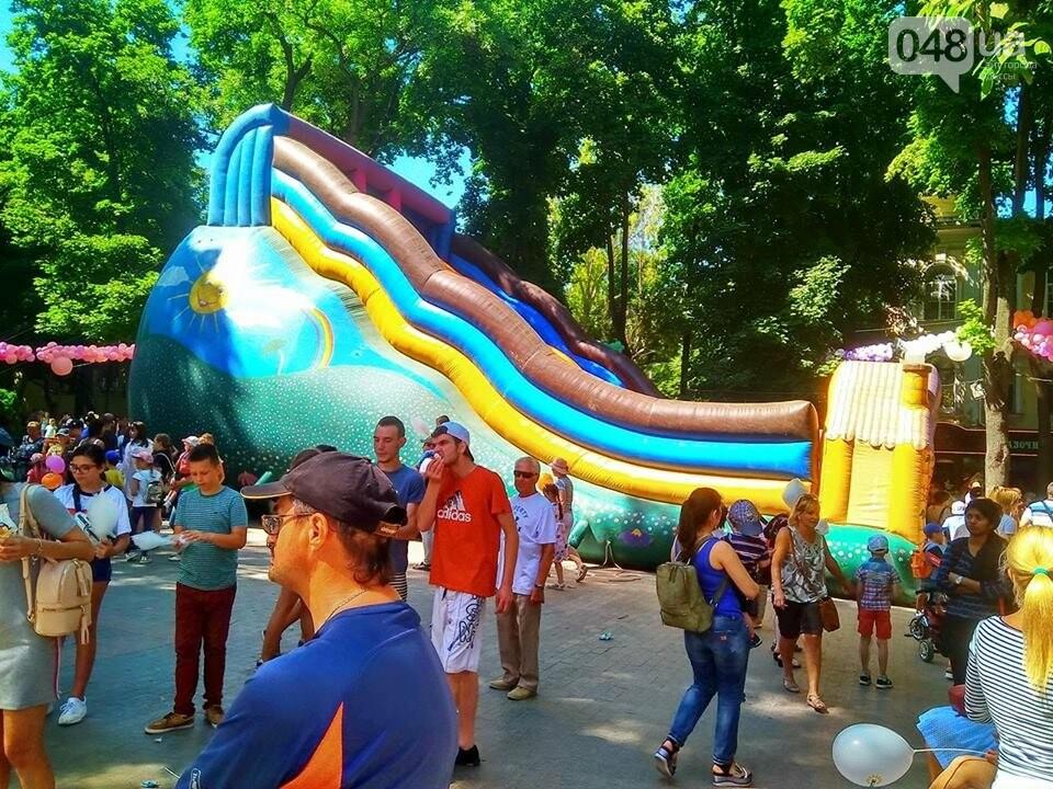 В одесском Горсаду надули невероятных размеров горку: дети счастливы, - ФОТО, ВИДЕО, фото-14