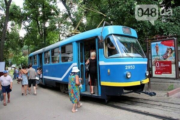 В Одессе пассажиры рискуют выпасть на ходу из поломанного трамвая, - ФОТО, фото-1