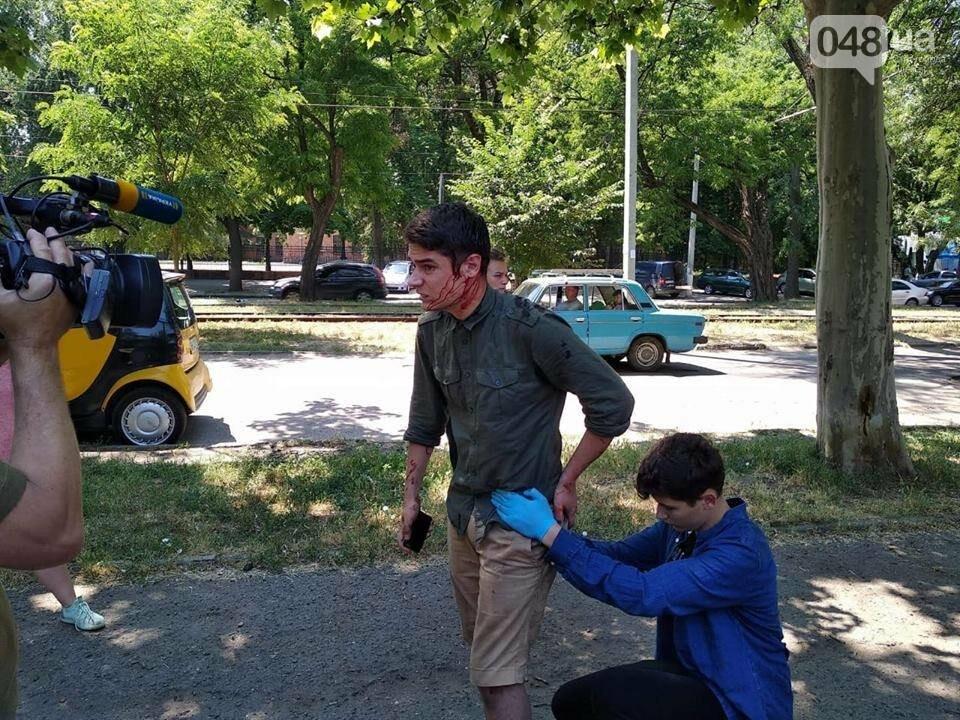 Чудом не зацепили почки: Стало известно, как чувствует себя одесский активист после покушения, фото-1
