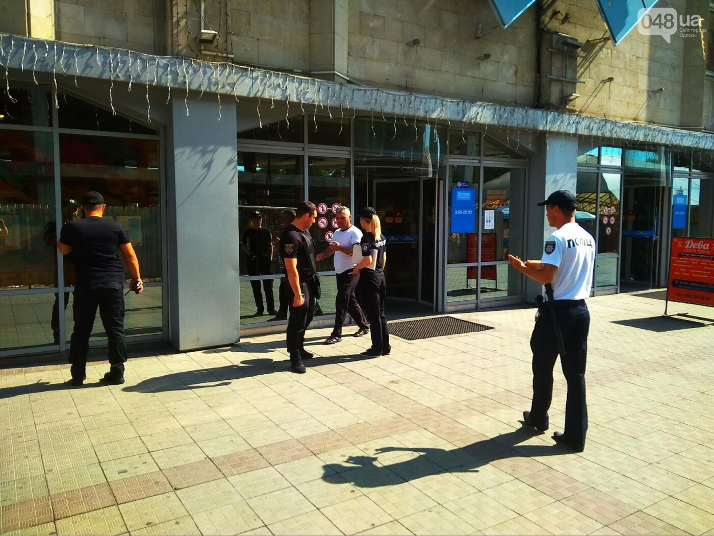 Это учения: Трое в масках открыли стрельбу на одесском Привозе и похитили драгоценности, - ФОТО, фото-2