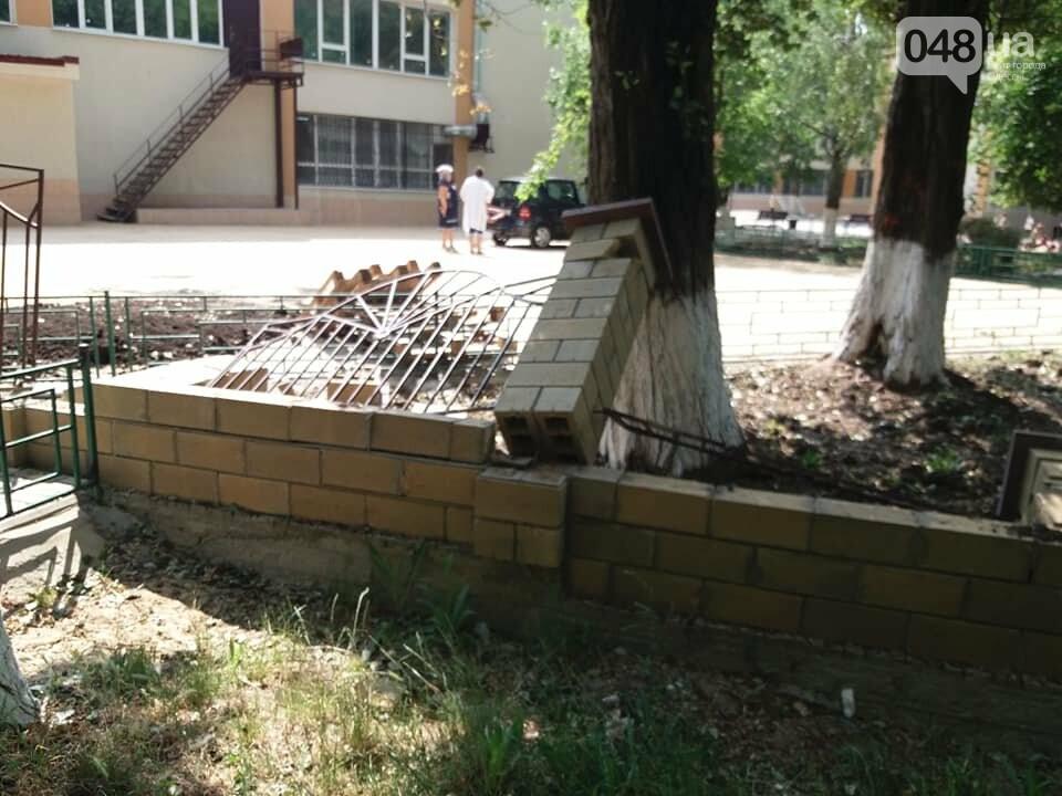 Строители хуже вандалов: соцсети обсуждают ЧП около одесской школы, - ФОТО, фото-5