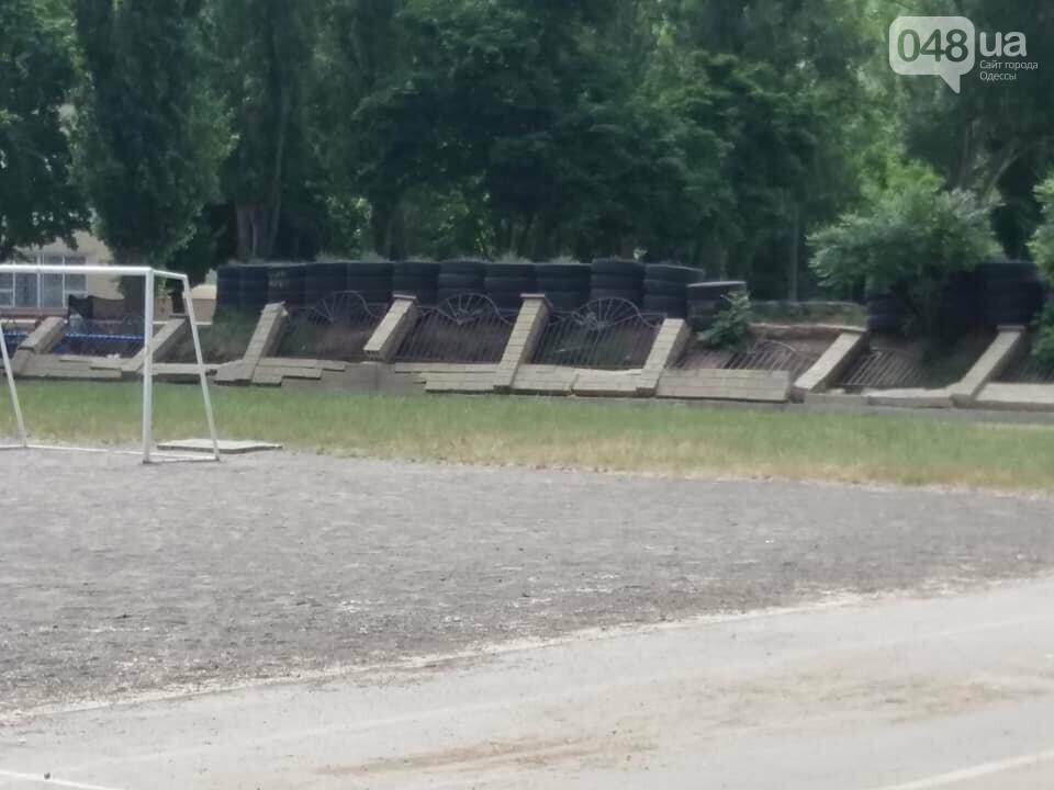 Строители хуже вандалов: соцсети обсуждают ЧП около одесской школы, - ФОТО, фото-1