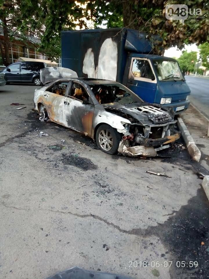 В Одессе на парковке супермаркета сгорели два припаркованных авто, - ФОТО, фото-3