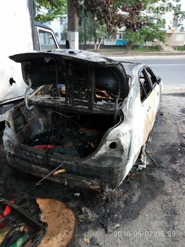 В Одессе на парковке супермаркета сгорели два припаркованных авто, - ФОТО, фото-2